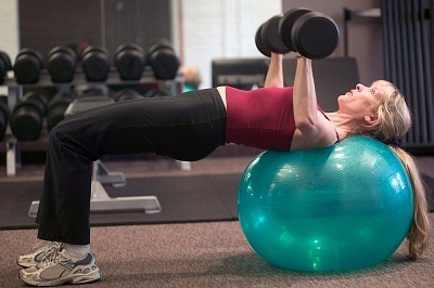 chest press on ball2